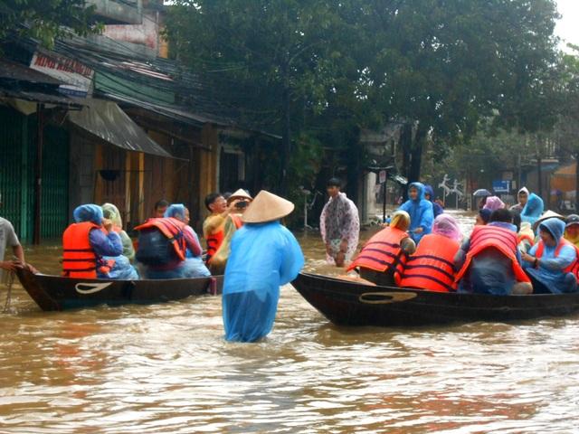 Nước dâng cao, du khách bắt đầu di tản khỏi Hội An - 3