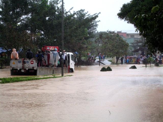 Tuyến đường HCM đoạn qua thị trấn Khâm Đức bị ngập nước do mưa lớn (Ảnh: P.V)