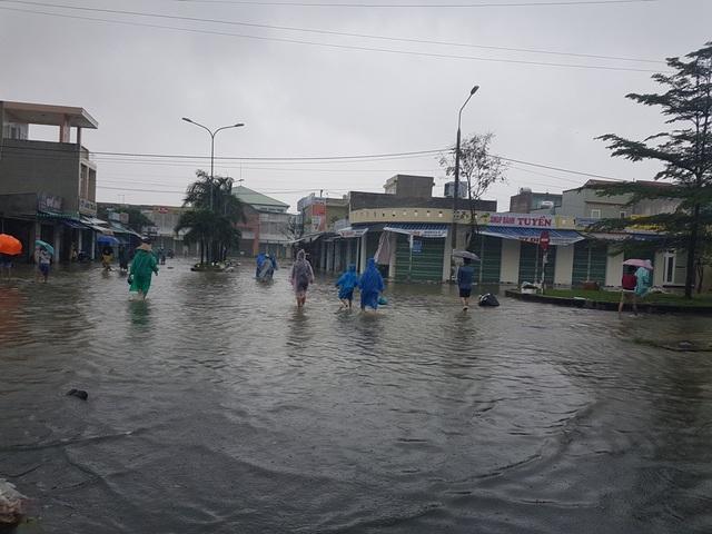Nước lũ bắt đầu tấn công vào chợ Vĩnh Điện, thị xã Điện Bàn
