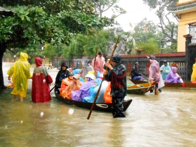 Việc di chuyển trên dòng nước lũ khi không có áo phao tiềm ẩn nhiều nguy hiểm.