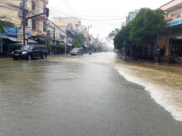 Nước lũ đang dâng cao ở trung tâm thị xã Điện Bàn trưa ngày 16/12