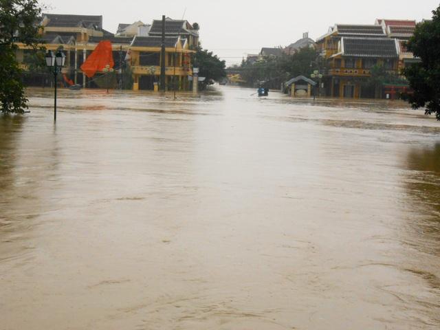 Mực nước trên sông Hoài dâng cao, ghe là phương tiện đi lại chủ yếu trong thời điểm này