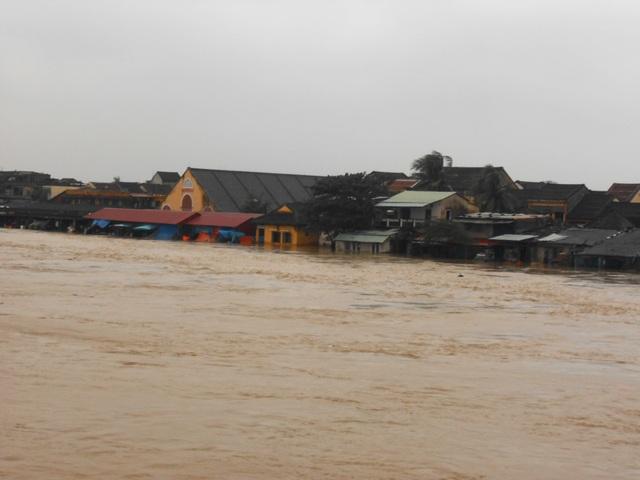 Nước sông Hoài dâng cao, Hội An ngập chìm trong biển nước