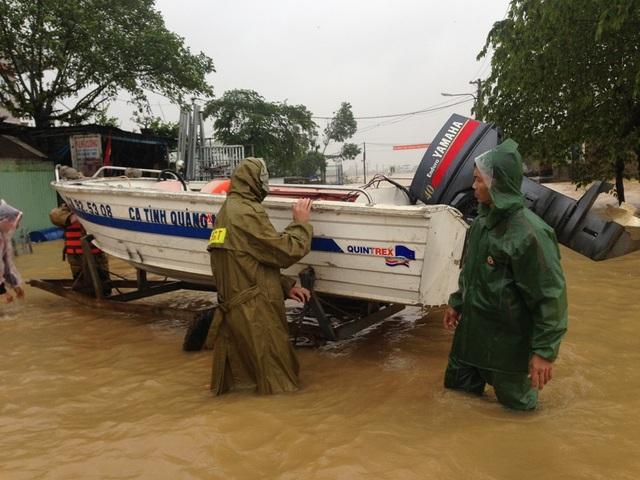 Công an huyện Đại Lộc dùng ca nô đưa sản phụ đến bệnh viện an toàn