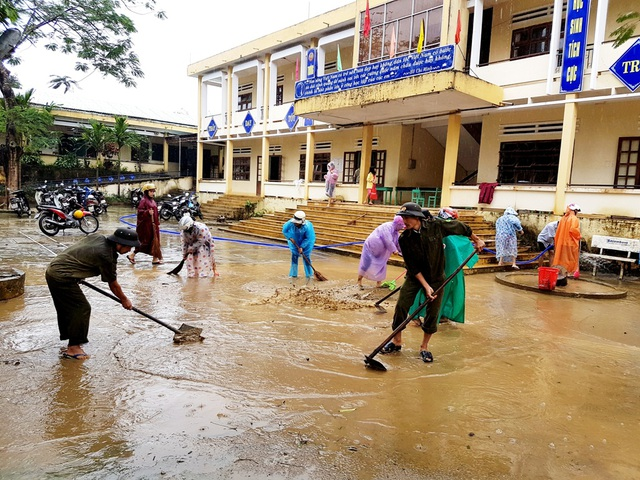 Công an xã, dân quân cùng giáo viên trường cùng nhau dọn bùn non