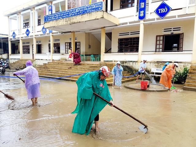 Tinh thần dọn lụt khẩn trương để ngày thứ 2, các em học sinh đi học trở lại