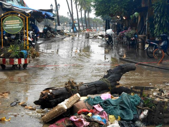 Người dân Hội An hối hả dọn rác, bùn non sau lụt lớn - 10