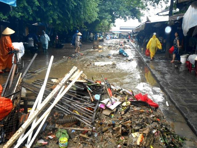 Dọn dẹp tại chợ Hội An để khôi phục cuộc sống, buôn bán