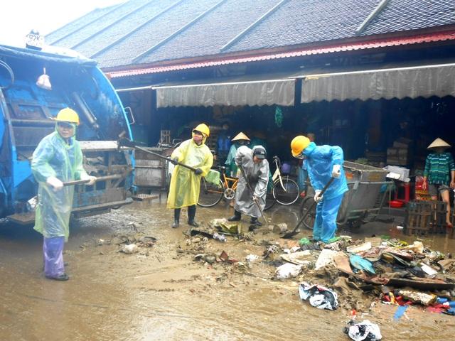 Người dân Hội An hối hả dọn rác, bùn non sau lụt lớn - 9