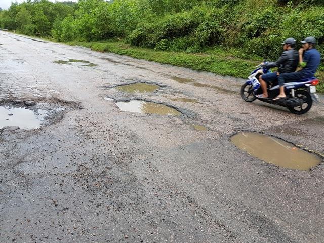 Một ổ gà QL14B đoạn qua xã Đại Quang, huyện Đại Lộc