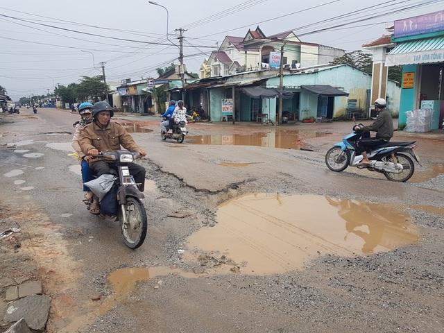 Ổ trâu trên tuyến đường ĐT 609B qua xã Đại Hiệp, huyện Đại Lộc