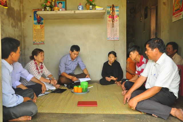 PV Dân trí cùng đại diện chính quyền địa phương thăm lại hoàn cảnh khó khăn của bà Duyệt và cháu Thìn