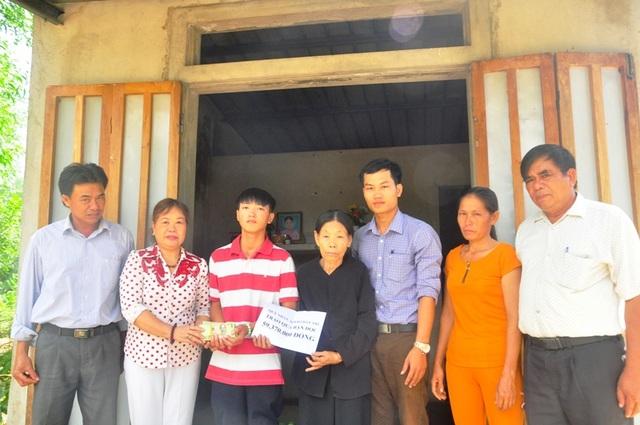 Thay mặt các nhà hảo tâm, bà Nguyễn Thị Hồng Vân, Chủ tịch Hội Khuyến học tỉnh Quảng Trị trao tận tay số tiền 59.370.000 đồng tới hai bà cháu
