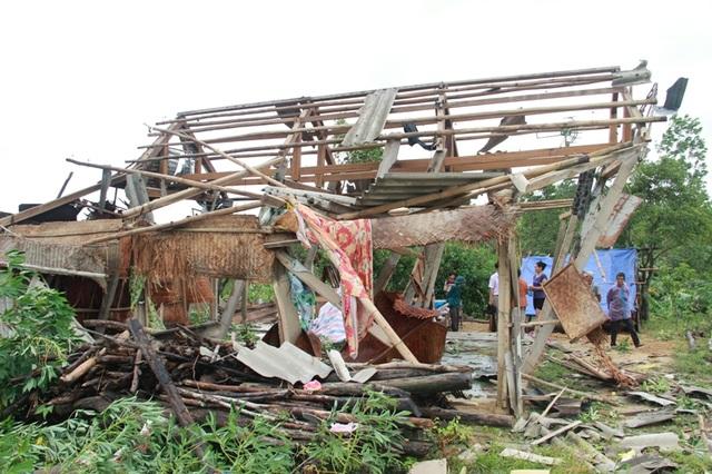 Cảnh tượng tan hoang do lốc xoáy tại xã Cam Tuyền, huyện Cam Lộ