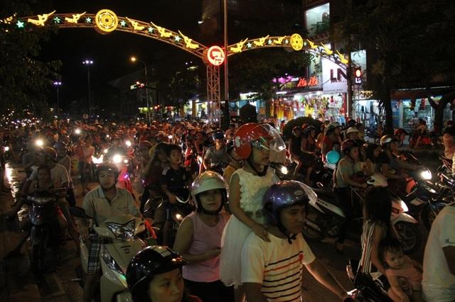 Đường phố kẹt cứng vì quá đông người xem múa lân
