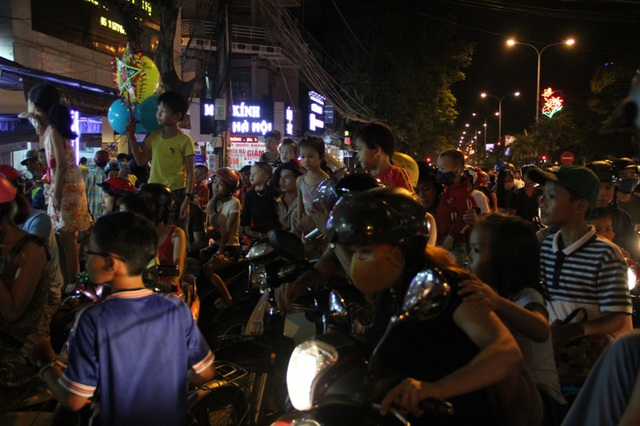 Hàng nghìn người đổ ra đường xem múa lân, đường phố kẹt cứng - 5