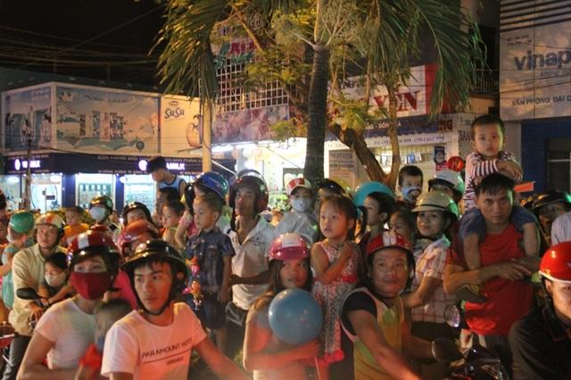 Hàng nghìn người đổ ra đường xem múa lân, đường phố kẹt cứng - 8