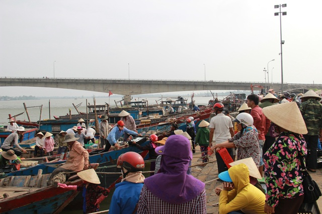 Cảnh đông đúc khó gặp tại cảng cá Cửa Tùng kể từ sau thảm họa môi trường