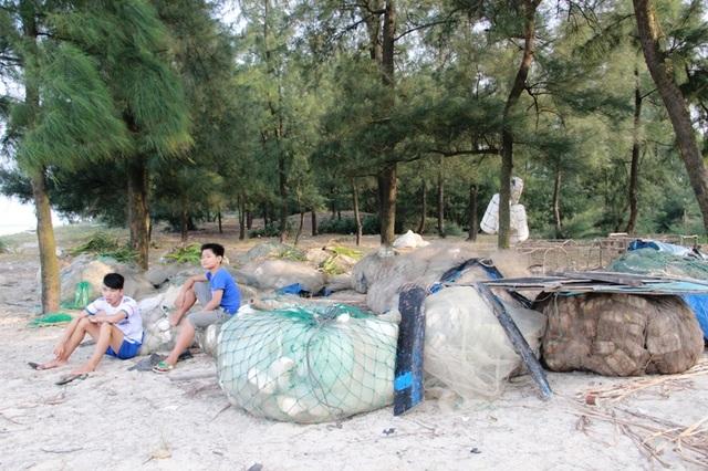 Hình ảnh dễ nhìn thấy là ngư lưới cụ của bà con ngư dân vẫn xếp chồng ở bãi biển