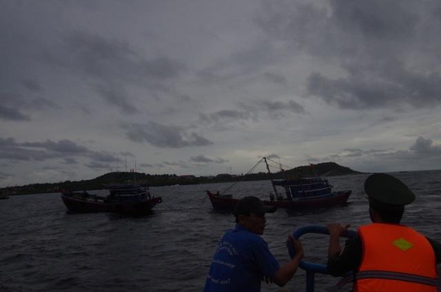 Lực lượng cứu hộ tiếp cận tàu bị nạn