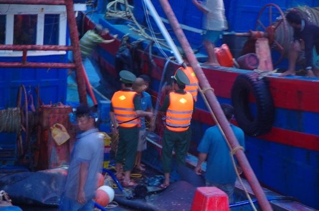 Khẩn trương cứu hộ tàu và ngư dân gặp nạn giữa điều kiện mưa to, sóng lớn.