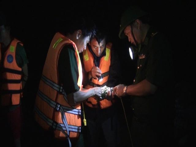 Nỗ lực cứu 2 tàu cá gặp nạn trên biển giữa mưa to, sóng lớn - 1