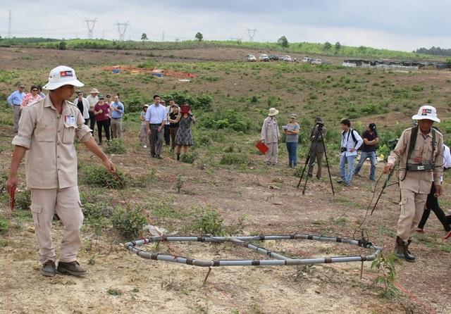 Các đoàn kiểm tra thực tế việc rà phá bom, mìn tại Quảng Trị