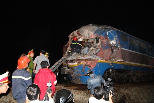 Đầu tàu bị hư hỏng nặng, đường sắt bị tê liệt