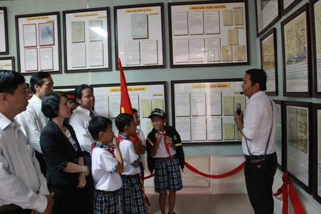 Trưng bày hàng trăm tư liệu chứng minh chủ quyền của Việt Nam với Hoàng Sa, Trường Sa - 1