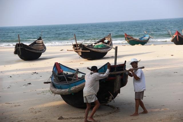 Thảm họa môi trường khiến các ngư dân vùng bãi ngang nằm bờ trong thời gian dài