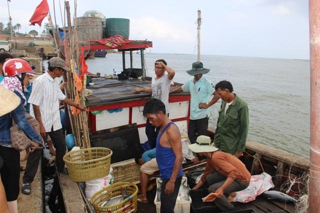 Các thuyền viên trên tàu anh Hiếu, những người đã ứng cứu gần hết số người bị nạn
