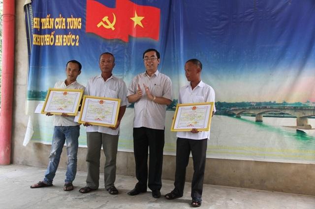 Ông Nguyễn Đức Chính, Chủ tịch UBND tỉnh Quảng Trị tặng bằng khen cho đại diện 3 tàu cá đã có hành động cứu người