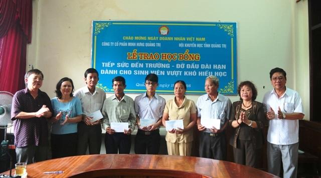 Đại diện Hội Khuyến học tỉnh Quảng Trị và Công ty Minh Hưng trao học bổng cho gia đình 5 bạn sinh viên.