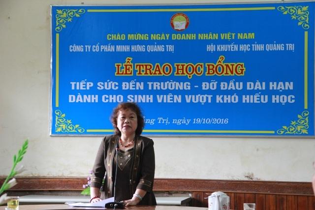 Bà Nguyễn Thị Hồng Vân, Chủ tịch Hội Khuyến học Quảng Trị ghi nhận sự cố gắng, vượt khó vươn lên của sinh viên.