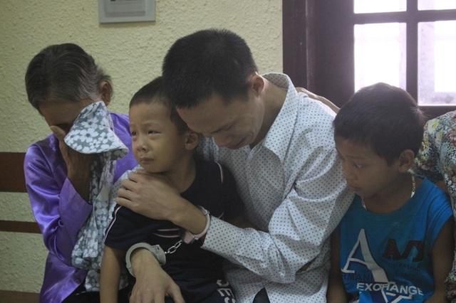 Bị cáo ôm con khóc nức nở khi bị Tòa tuyên y án tử hình