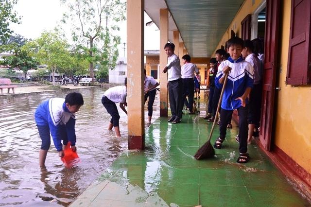 Học sinh trường THCS Hội Yên dọn dẹp vệ sinh các phòng học.
