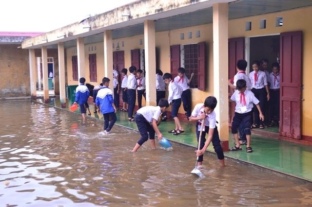 Học sinh tận dụng nguồn nước còn ứ đọng để vệ sinh lớp học.