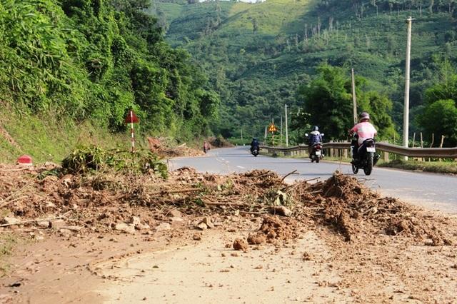 Nhiều điểm bị đất choán hết nửa mặt đường, gây mất an toàn