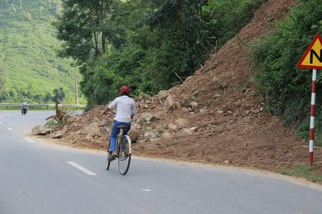 Nhiều đoạn cua nguy hiểm nhưng đường bị hạn chế bởi đất, đá sạt lở .