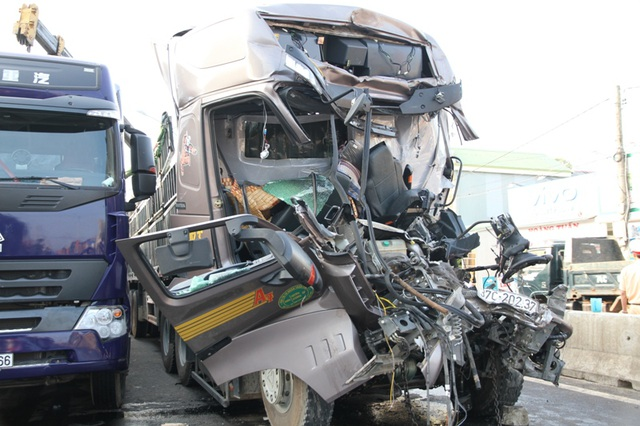 Đầu xe tải bị biến dạng, hư hỏng nặng