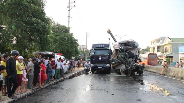 Các lực lượng di chuyển hàng hóa sang xe khác để thông đường