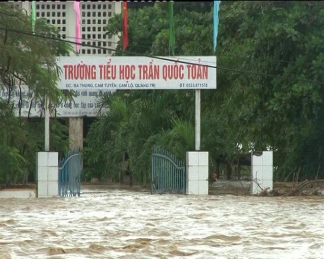 Trường Tiểu học Trần Quốc Toản bị ngập nặng (ảnh chụp sáng 1/11).