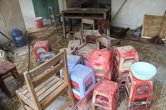 Nhiều bàn ghế bị dính bùn đất.