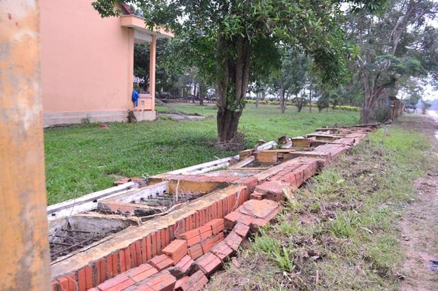 Tường rào bao quanh trường bị sập đổ một đoạn.