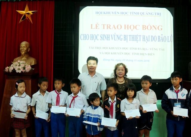 Bà Nguyễn Thị Hồng Vân, Chủ tịch Hội Khuyến học tỉnh Quảng Trị trao học bổng động viên các học sinh .