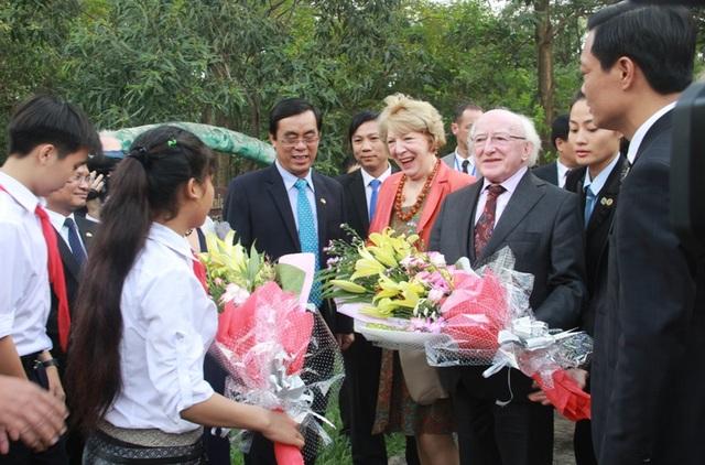 Chủ tịch UBND tỉnh Quảng Trị đón Tổng thống Ireland và phu nhân cùng đoàn
