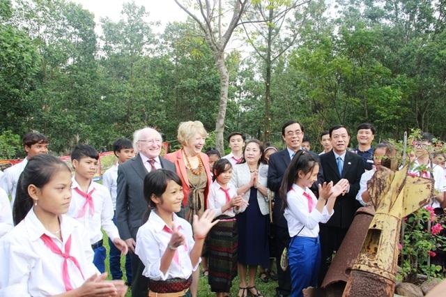 Lãnh đạo tỉnh Quảng Trị và Tổng thống Ireland chụp ảnh cùng các em học sinh