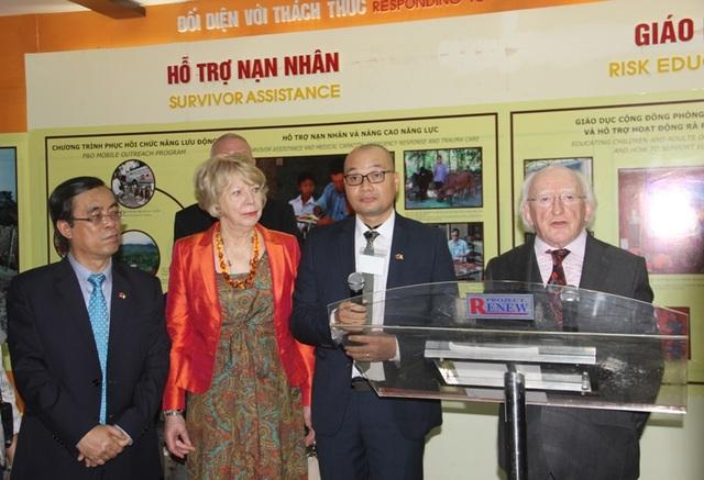Tổng thống Ireland thăm Trung tâm trưng bày hậu quả chiến tranh tại Quảng Trị - 5