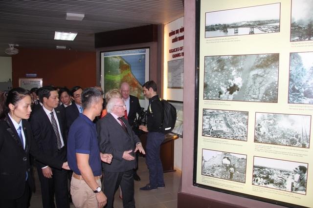Tổng thống Ireland thăm Trung tâm trưng bày hậu quả chiến tranh tại Quảng Trị - 3