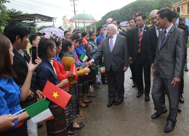 Tổng thống Michael D. Higgins bắt tay thăm hỏi ân cần các học sinh và bà con nhân dân